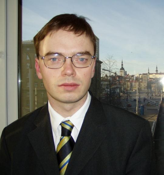 Sven Mikser täitis 1. detsembril 2002 kaitseministri ametit kui jäi sellele pildile Toompea taustal. Foto Virgo Kruve