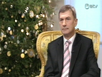 Peaministri intervjuu kõige huvitavam osa oli kuusk, mis oli väljendusrikkam kui poliitiku kehakeel. Kaader 29.12.2010 ETV