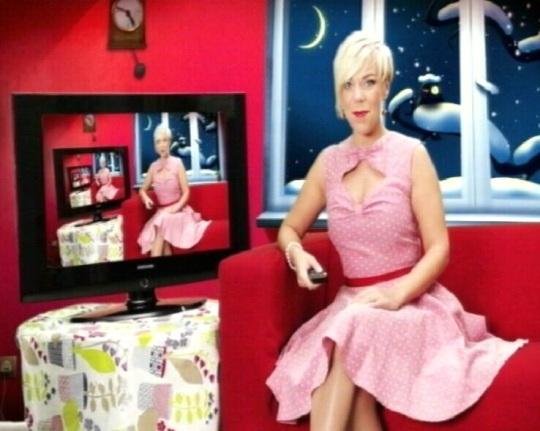 Kerli soovitab telereklaamis liituda tasulise operaatori teenusega ja Kanal 11 programmi edasi vaadata.