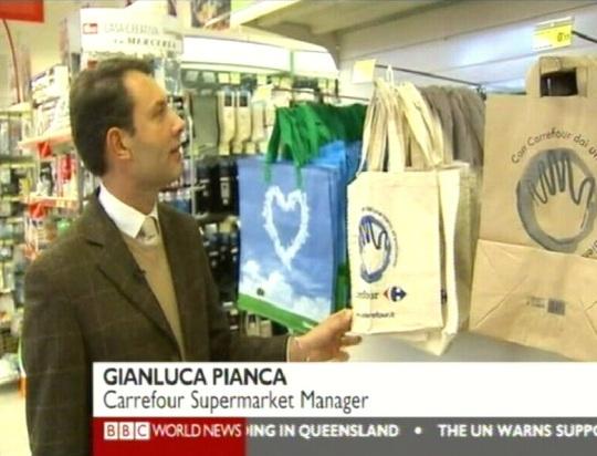 Itaalia müüja näitab riidest ja paberist kotte, mis hakkava asendama kilekotte. Kaader BBC