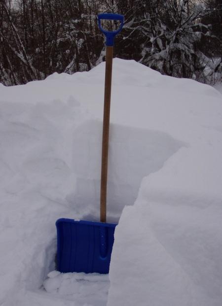 Katusele kokku tuisanud lumi on rohkem kui pool lumelabida pikkusest.
