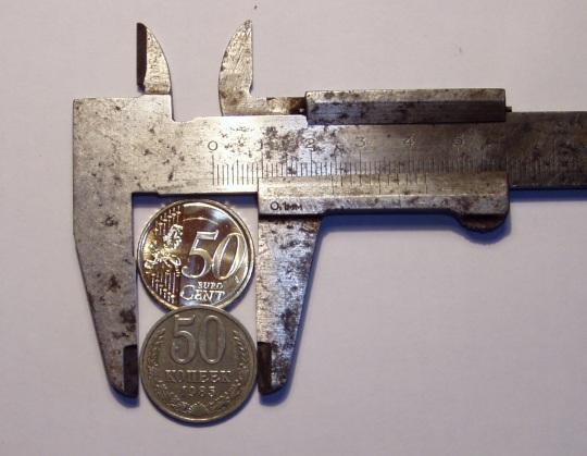 Mõõdetud 0,1 millimeetri täpsusega nihk-kaliibril. Eurosent on diameetriga 2,43 sentimeetri, NSV Liidu kopikas 2,41 sentimeetrit. Esimese paksus on 2,5 mm ja teisel 1,5 mm. Foto: Virgo Kruve