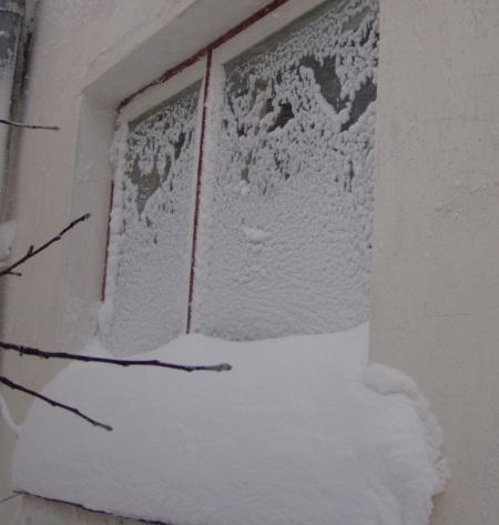 Akna taha on tuisanud umbes 40 sentimeetrise kuhja ja ülejäänud aken on täis ennast klaasi külge kinnitanud imepeent lund. Autor foto