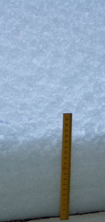 Akna taha on tuisanud 17 sentimeetrit lund, mis koos aknaraamiga annab umbes 23 sentimeetrise kuhila. Autori foto.