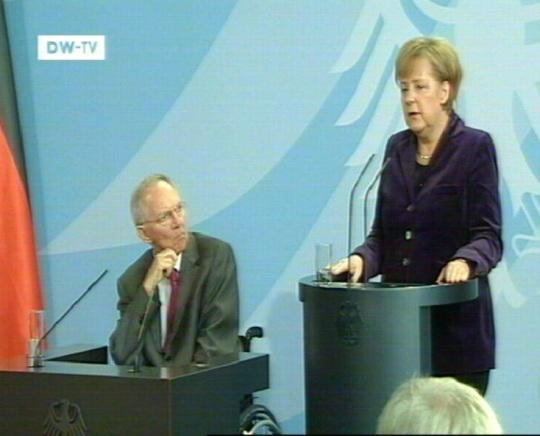 Ratastoolis Saksa rahandusminister Wolfgang Schäuble (vasakul) ja kantsler Angela Merkel. Kaader 10. november 2010 DW-TV