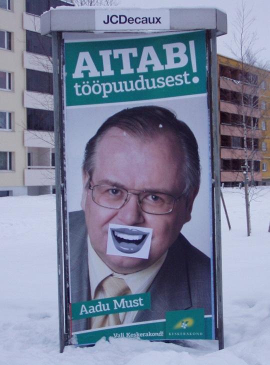 Professor Aadu Must on valimisplakatil saanud endale EMT registreerimisel oleva kaubamärgi ehk Simpel´i naeratavad huuled. Foto Tartust Pikalt tänavalt Virgo Kruve