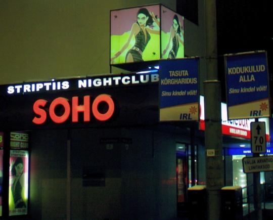 """Striptiis SOHO - """"Sinu kindel võit"""" IRL valimisplakati juures. Foto Virgo Kruve"""