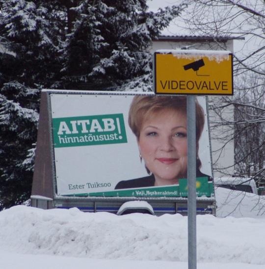 Ester Tuiksoo valimiste plakat on Põlvas lausa videovalve all. Arvestades jõustruktuuride huvi tema tegemiste vastu, võib teda nimetada ka videovalvatud poliitikuks. Foto Virgo Kruve