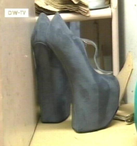 16. jaanuar 2010 kaader DW-TV moekatest naiste kingadest, millel ei ole kontsa.