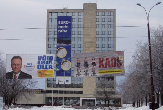 """Imre Sooäär ja valimiste plakat, """"Võid kindel olla!"""" on kõrvuti sõnadega """"Euro - Meie raha"""" ja """"Kaos"""". Foto Virgo Kruve"""