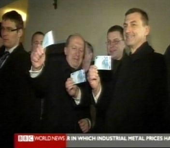 BBC uudised näitasid 20 euro kupüüri lehvitavat Andrus Ansipit 1. jaanuaril kella 22 ajal. Koos temaga võtsid raha ka Läti ja Leedu peaministrid.