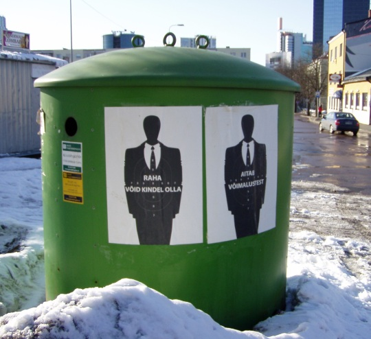 """""""Raha, võid kindel olla"""" ja """"Aitab võimalustest"""" sildid klaastaara ja pakendite kogumise konteineril Tallinnas Lastekodu tänava. Foto Virgo Kruve"""