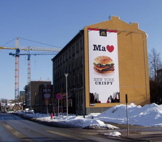 """Ma armastan Eestimaad/Tallinna/burgerit. Reklaamplakat kasutab ära varasematest kampaaniatest tuntuks saanud sümboleid """"Ma"""" ja südame kuju. Autori foto"""