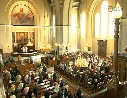 Kaarli kirikus oli rahvast nii hõredalt, et kõik kohale tulnud oleksid lahedalt võinud pinkidele pikali visata ja ruumi oleks veel üle jäänud. Kaader ETV ülekandest.