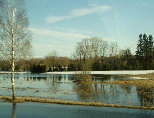 Madalamad kohad põldudel on siiski muutunud madalateks ja ajutisteks järvedeks. Autori foto