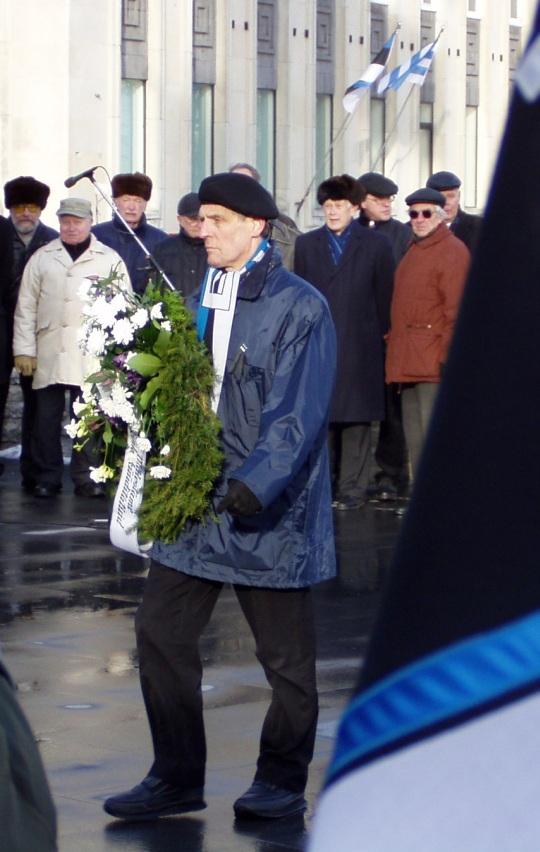 Jüri Böhm viis 25. märtsil leinapärja IRL-i inimeste püstitatud ristisamba jalamile. Autori foto