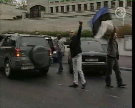 20. mai 2006 Tõnismäe provokatsioonile saabujad rahvuslased, keskel peaks olema IRL-i liige Kalev-Andres Rebane.