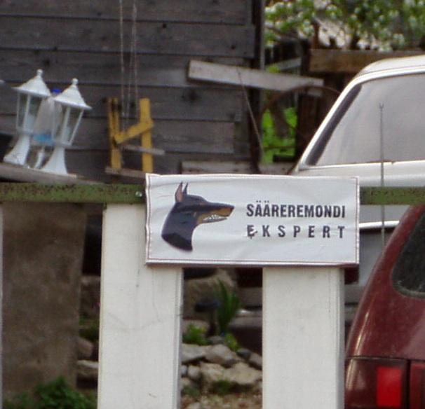 """Kurja koera eest hoiatab silt kirjaga """"Sääreremondi ekspert."""" Foto Virgo Kruve"""
