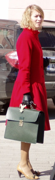 Kaja Kallas nahast kinnaste ja villasest riidest mantliga 25. aprilli päikselisel kevadpäeval. Foto Virgo Kruve