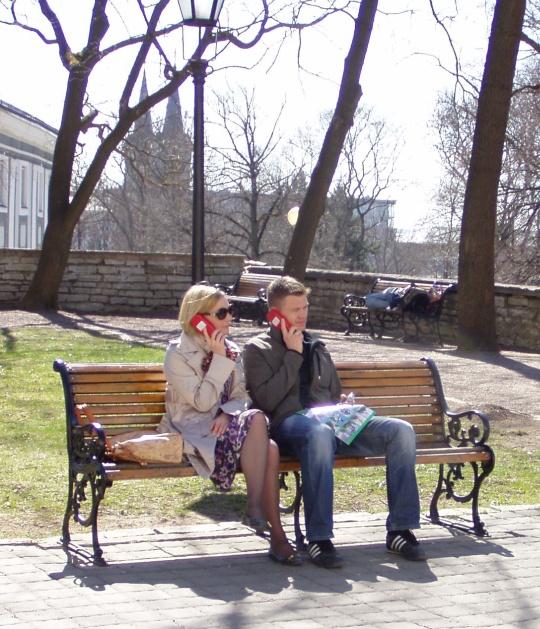Turistid kuulavad giidi eelnevalt salvestatud juttu. Foto Virgo Kruve 26. aprill 2011