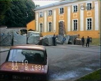 """Kaader seriaalist """"Ainult kümme aastat"""" näitab Toompeale kuhjatud tõkkeid. Praegu tegutseb selles majas Vabariigi Valimiskomisjon."""