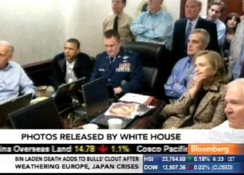 Barack Obama ja Hillary Clinton on teistega koos vaatamas 40 minutilist ülekannet Usama bin Ladini tabamise ja tapmise operatsioonist. Foto avalikustas Valge Maja ja telekaader Bloombergi televisioonist