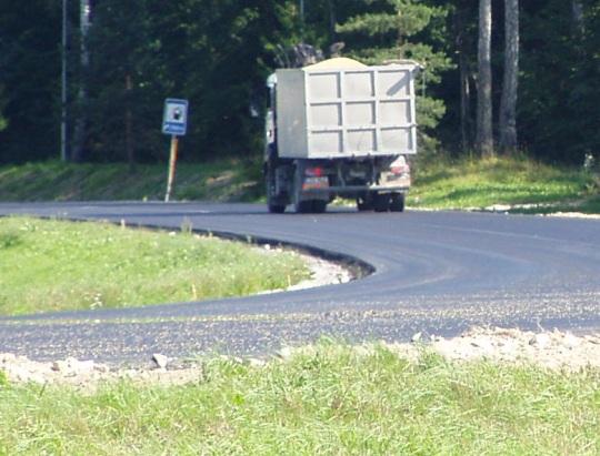 Sügis on käes. Teedel liiguvad veoautod, mille kastis veetakse vilja. Kui koorem on katmata, siis lendab tuulega see ka asfaltile, nagu on näha pildil esiplaanil (taga on süüdlasest auto). Linnud saavad natuke süüa, enne kui see vili laiaks sõidetakse. Autori foto