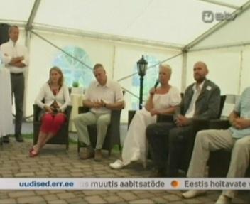 Evelin osaleb arutlejate ringis, majandusministri kõrval ja vasakul seisab Toomas. Kaader ETV