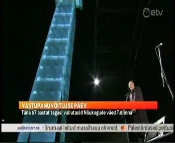 Aktuaalne Kaamera 22. septembril näitas Jaak Aaviksood ööpimeduses kõnet pidamas selle klotsidest laotud samba taustal.