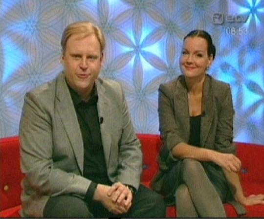 Urmas Vaino ja Katrin Viirpalu kuusnurkade taustal. Kaader Terevisioonist