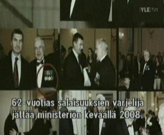 """Andrus Ansip annab autasu Herman Simmile. Kaader filmist """"Riigireetur"""", YLE1"""